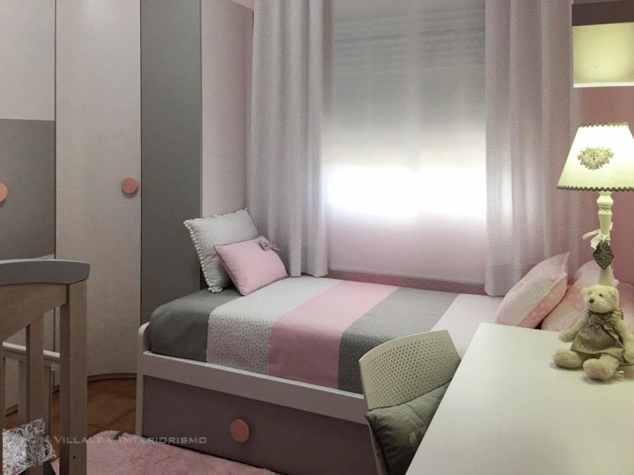 Cortinas, colcha y cojines en gris y rosa - Villalba Interiorismo