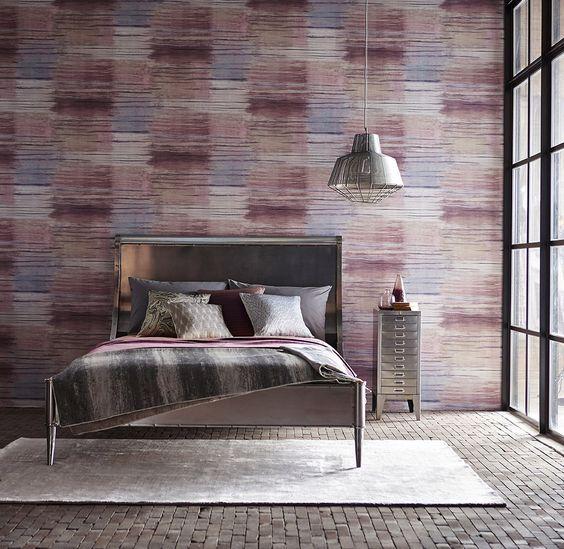Dormitorio con papel pintado tipo industrial de Anthology - Villalba Interiorismo