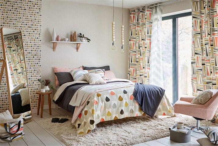 Dormitorio cortinas, colcha y cojines en rosa, gris y negro - Villalba Interiorismo