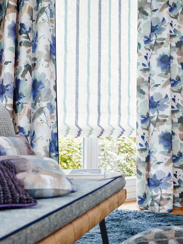Estor a rayas y dobles flores en azul - Villalba Interiorismo