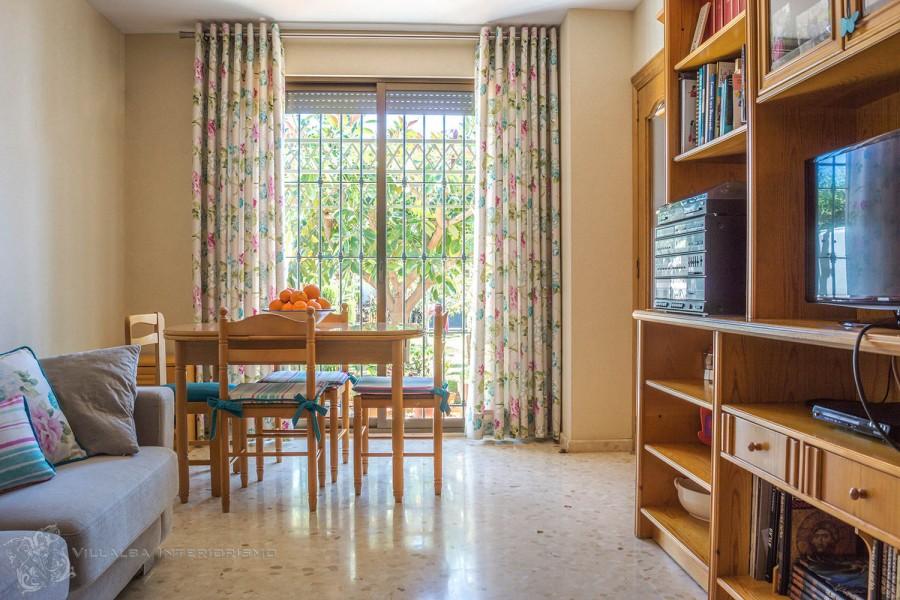 Salón comedor con cortinas flores - Villalba Interiorismo