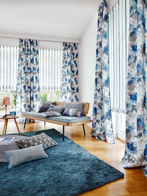 Salón con telas de rayas y flores en azul - Villalba Interiorismo