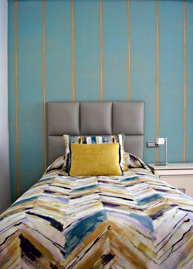 Dormitorio juvenil con papel pintado y colcha a juego - Villalba Interiorismo