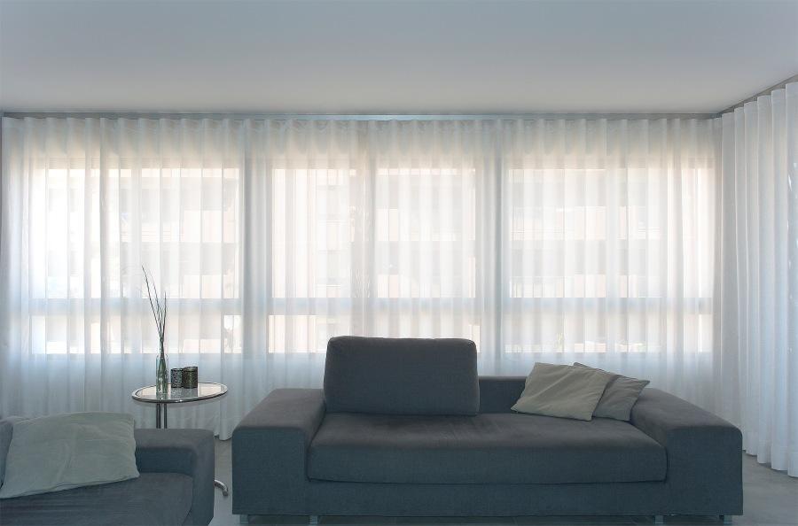 Salón moderno blanco y gris con cortinas en onda perfecta - Villalba Interiorismo