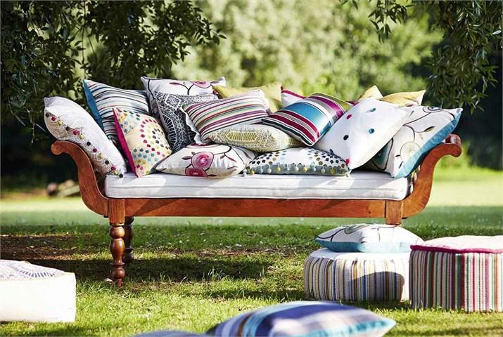 Cojines con telas bordadas y estampadas - Villalba Interiorismo