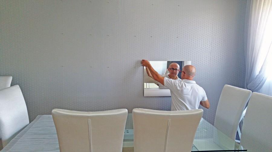 Colocando espejo en salón - Villalba Interiorismo