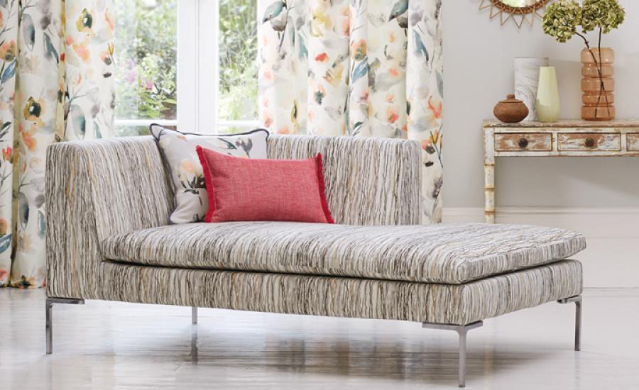 Cortina de flores y sofá de rayas  - Villalba Interiorismo