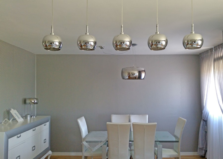 Salón con lámparas Argos de Schuller - Villalba Interiorismo