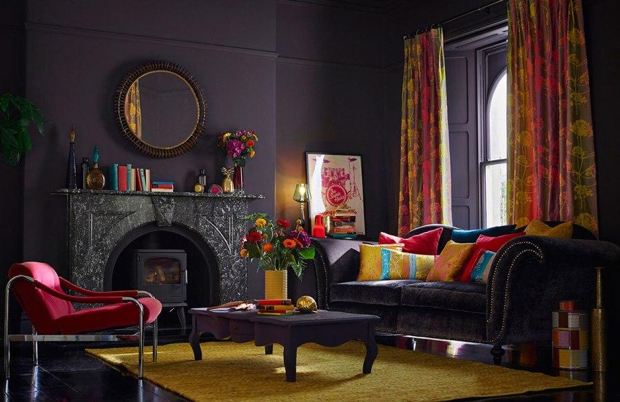 Salón en negro con cortinas y cojines de Harlequin - Villalba Interiorismo