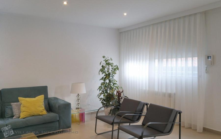 cortina-blanca-para-salon-moderno-villalba-interiorismo