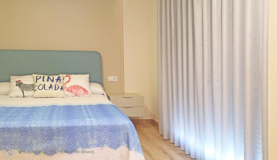 dormitorio-con-visillo-y-colcha-villalba-interiorismo