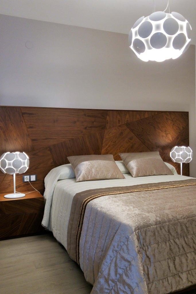 dormitorio-con-colcha-blanco-y-beige-villalba-interiorismo