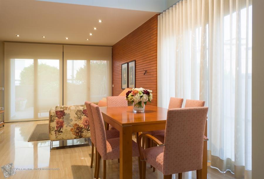 Combinando enrollable y cortina en el sal n villalba - Interiorismo salon comedor ...