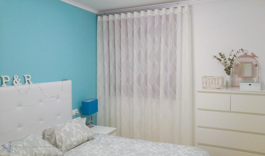dormitorio-con-cortinas-en-onda-perfecta-villalba-interiorismo