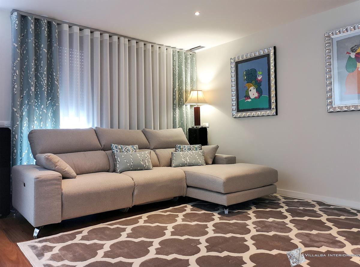 Un toque de azul en las dobles cortinas y cojines del salón