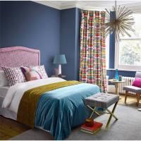 Ambientes en azul con cortinas de alegre paleta de colores